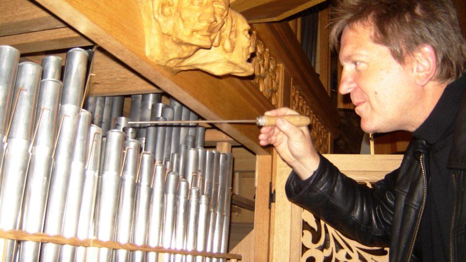 Varhaník Martin Dvořák musí pravidelně varhany ladit