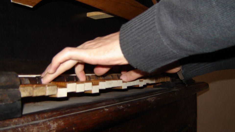 Jeden manuál mají malé varhany v Polné, varhaník musí u hry stát