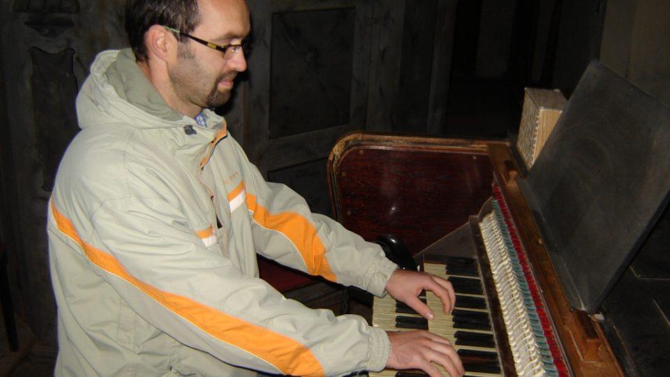 Varhaník Petr Žák hraje na velké varhany v Želivě