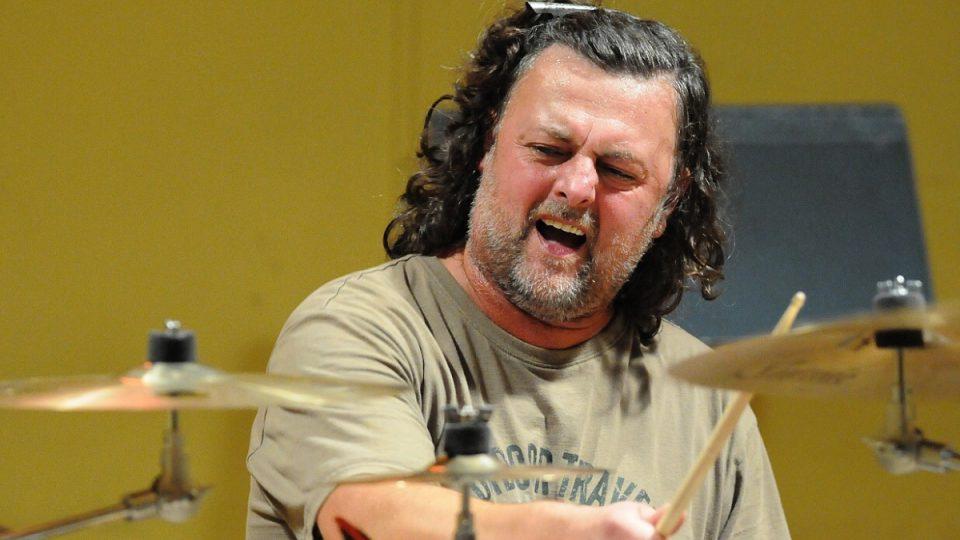 Richard Kroczek za bicíma. Jeho otec na stejném místě léta hrával na housle a kytaru v ORO a JORO