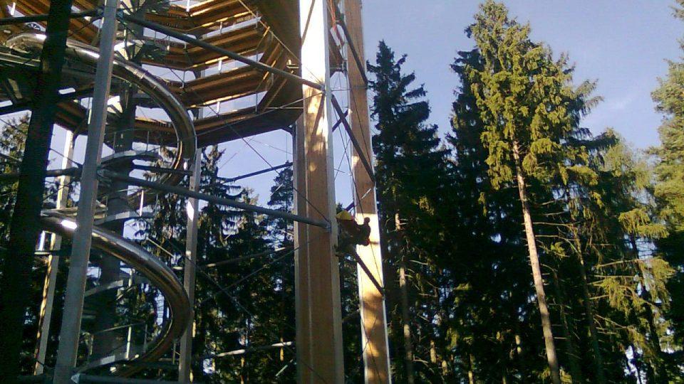 Záchranáři cvičili ve Stezce korunami stromů