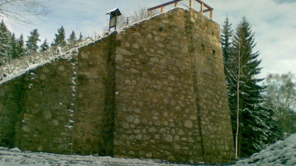 Zrekonstruovaný mostní pilíř koněspřežky nedaleko Rybníka