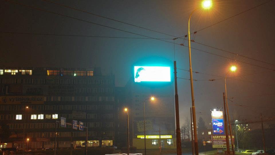 Obří svítící billboard na rondelu na Bukově oslňuje řidiče a budí lidi v okolních bytech