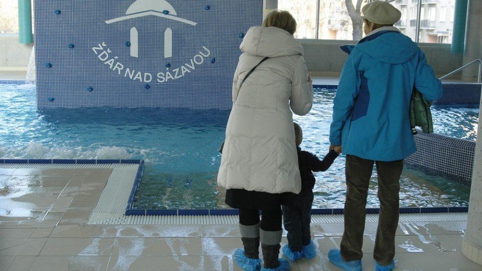 Novinkou žďárského aquaparku jsou relaxační bazény s atrakcemi - například lezeckou stěnou