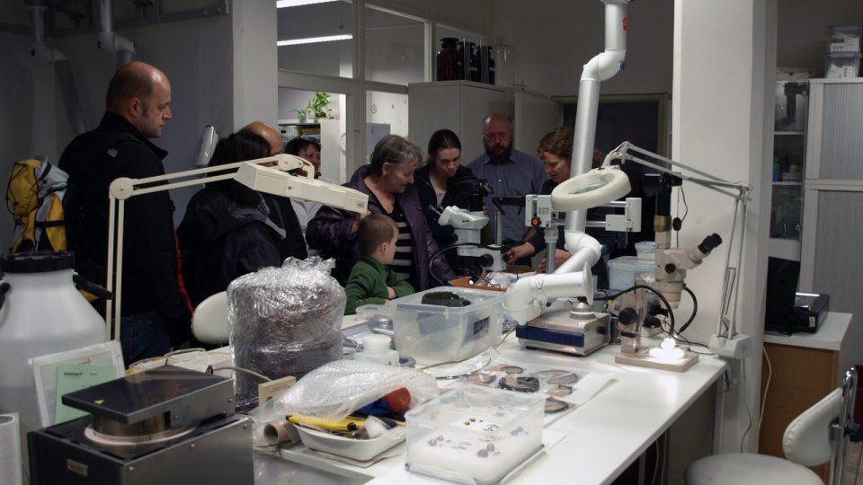 Den otevřených dveří v restaurátorské laboratoři Archeologického ústavu AV ČR se specializací na kovy