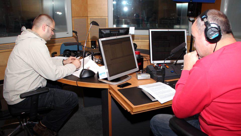 Moderátor Jan Pokorný s analytikem Danielem Hůlem před vysíláním Hosta Radiožurnálu