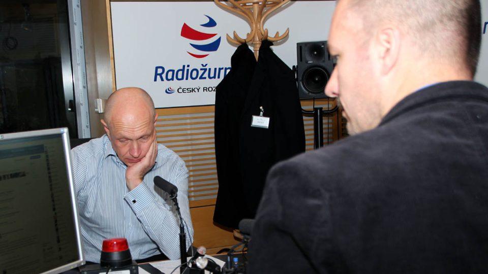 Pavel Kysilka s Martinem Veselovským před vysíláním Dvaceti minut Radiožurnálu