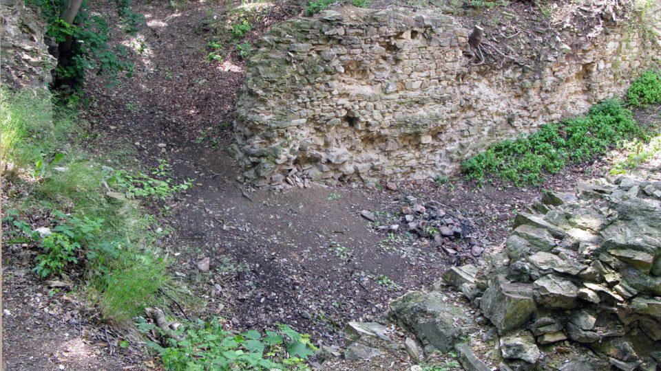Nový hrad v červnu při archeologickém výzkumu