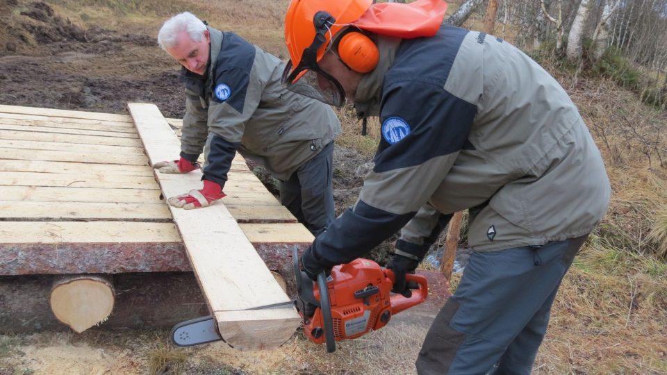 Pracovníci ISS připravují mostek na běžecké trase u Horské Kvildy