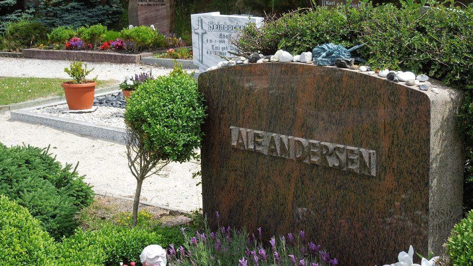 Tento hrob je dodnes poutním místem jejích fanoušků