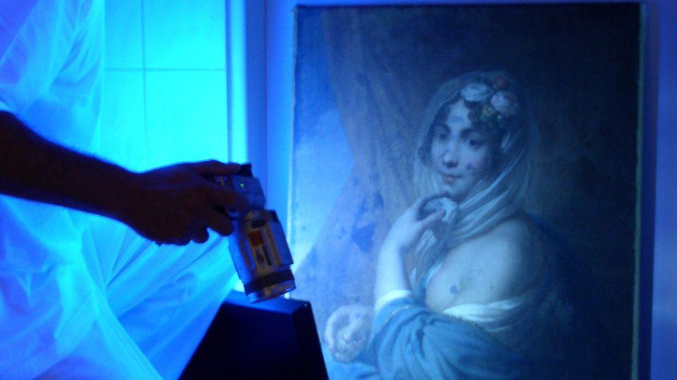 Pozorování díla v ultrafialovém světle (Moravská galerie v Brně, foto J. Hradilová)