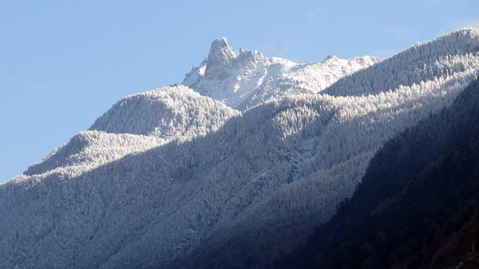 Zasněžené horské vrcholky ve Švýcarsku