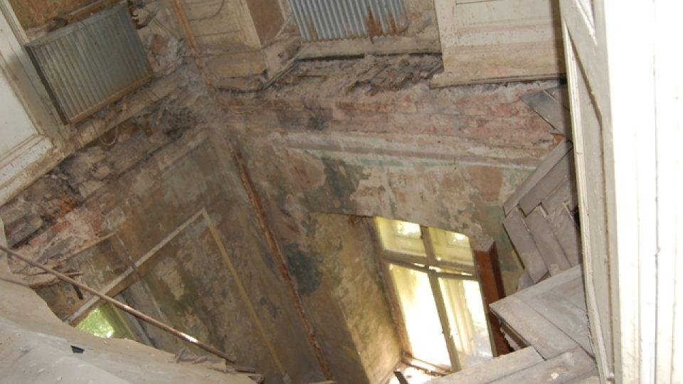 Zámeček -Promáčený a propadlý strop ve věži Zámečku, rok 2011