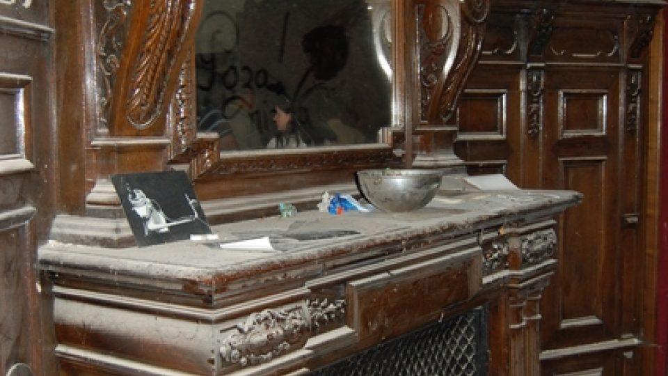Zámeček - Původní dřevěné obložení s krbem
