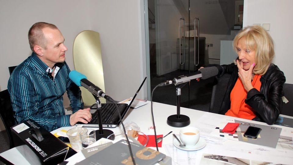 Eva Jiřičná a Petr Král při rozhovoru v pražském ateliéru