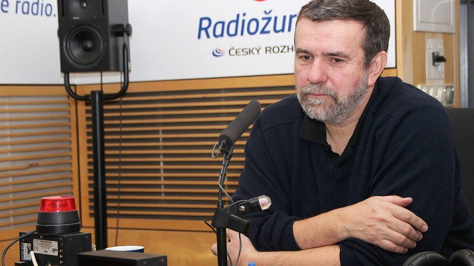 Vlastimil Vondruška u mikrofonu Českého rozhlasu