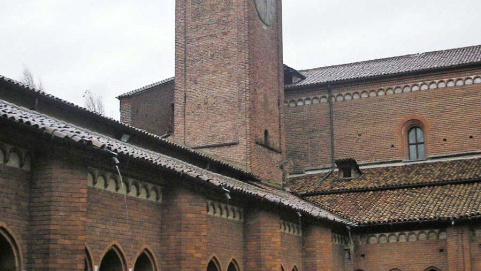 Klášterní dvůr v Chiaravalle se zvonicí