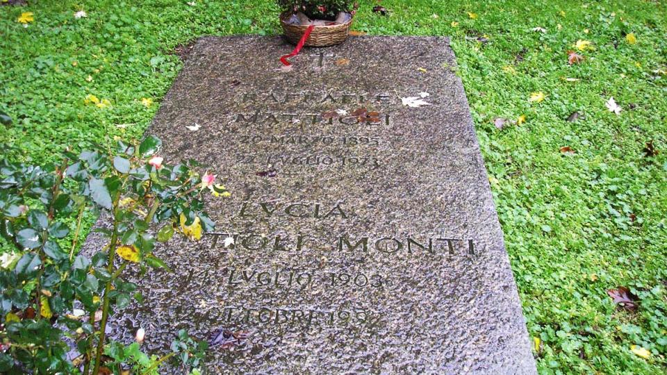 Klášterní hřbitov v Chiaravalle za deštivého listopadového dne s detailem náhrobní desky Raffaela Mattioli
