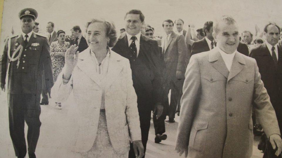 Diktátor Ceauşescu se ženou na archívní fotografii