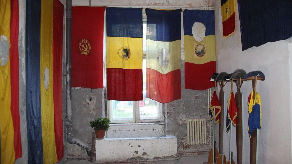 Vystavené vlajky v Muzeu revoluce