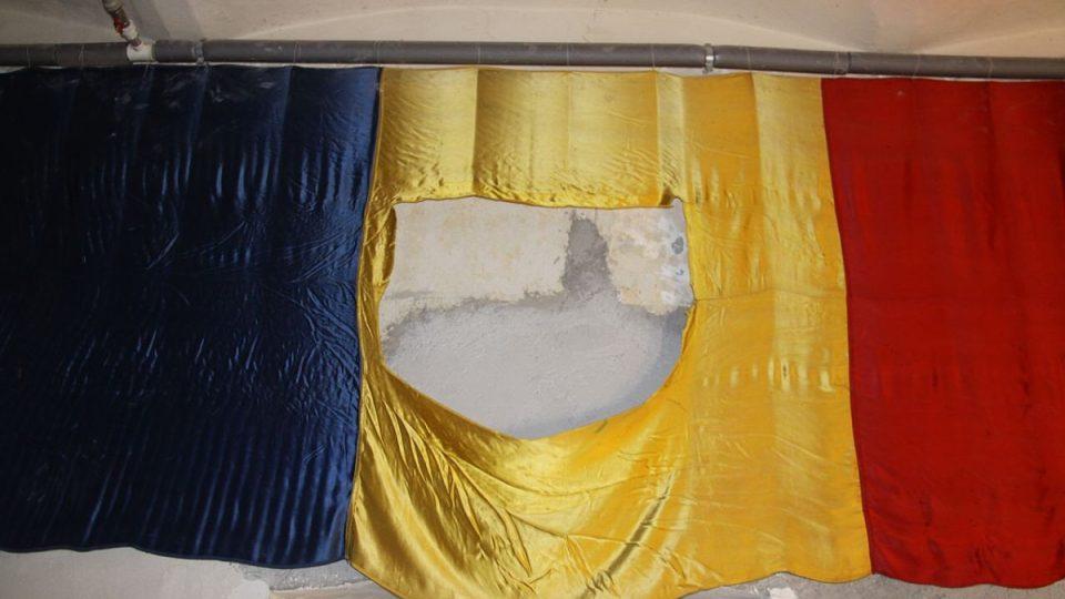 Z vlajek byly vyříznuty komunistické symboly