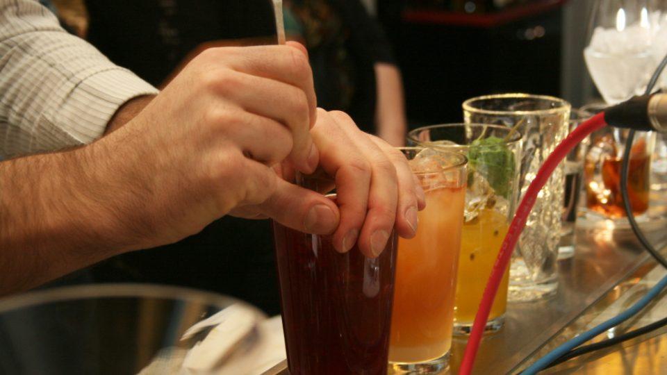 Barman Jan Braniš připravuje koktejl
