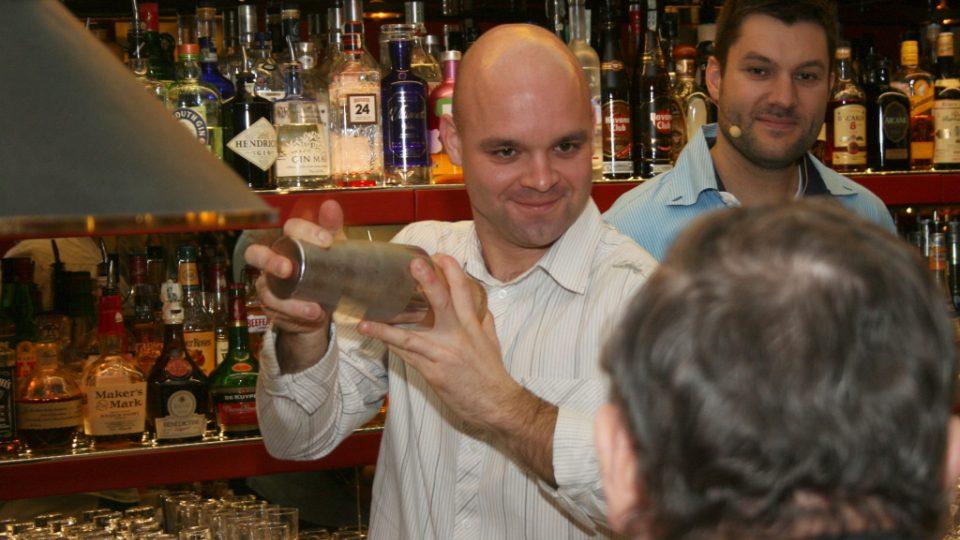 Barman Jan Braniš připravuje koktejl Václavu Faltusovi