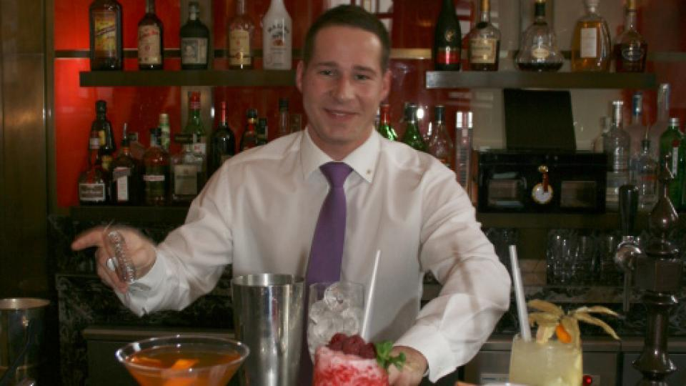 Barman Martin s připravenými koktejly