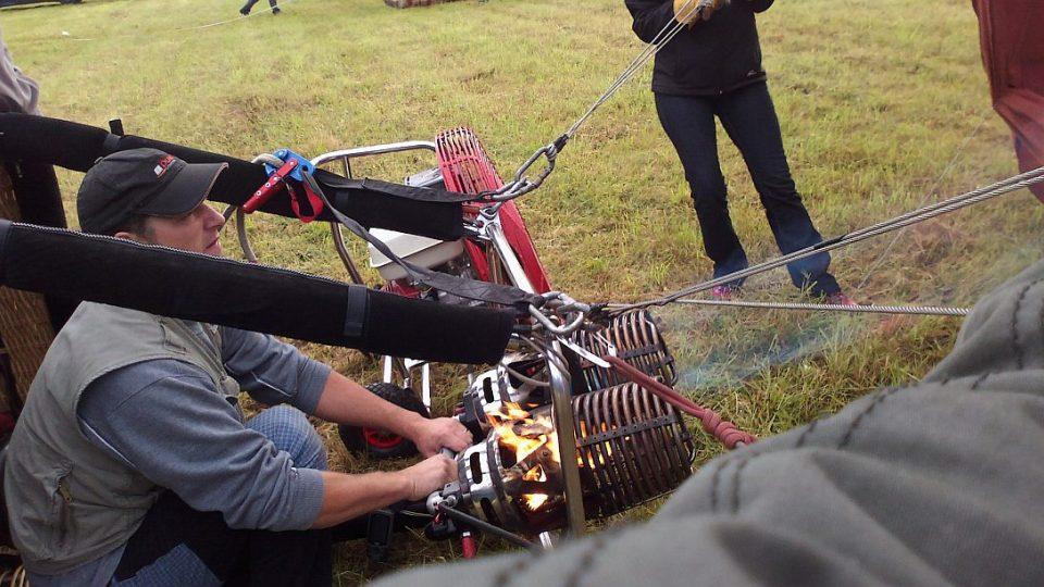 David Línek připravuje balon ke startu