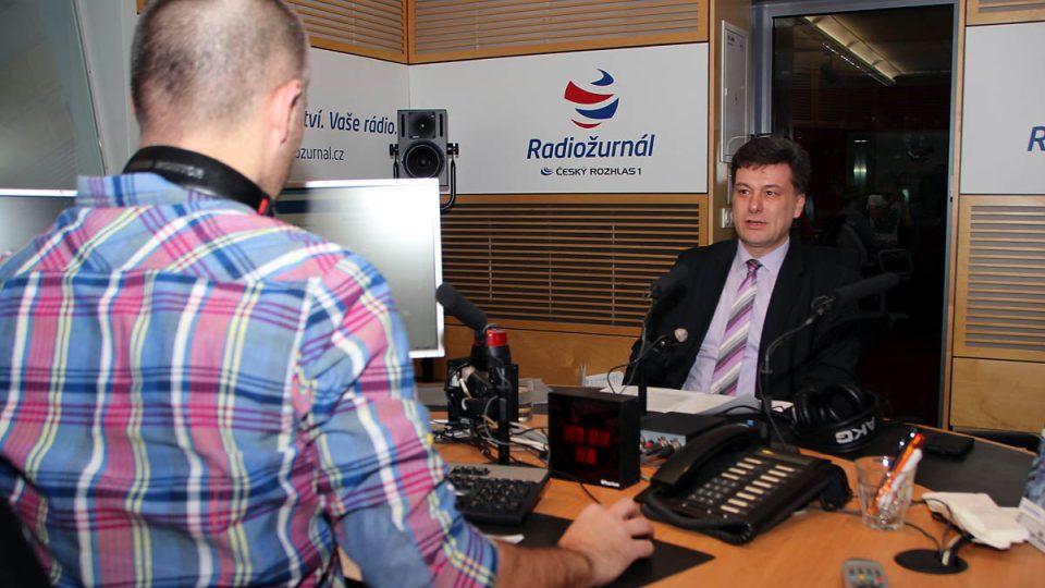 Martin Veselovský a Pavel Blažek ve studiu Radiožurnálu