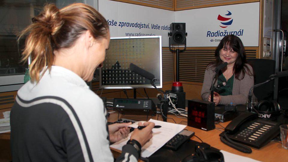 Helena Voldánová a Lucie Výborná ve studiu Radiožurnálu