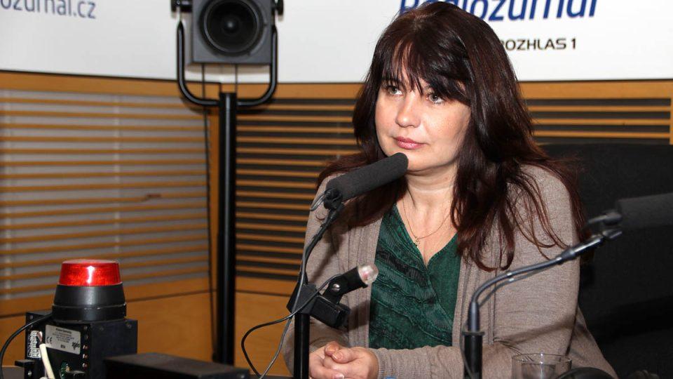 Genealožka Helena Voldánová ve studiu Radiožurnálu