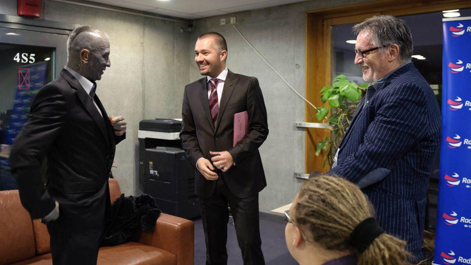 Vladimír Franz s moderátorem Martinem Veselovským a generálním ředitelem Českého rozhlasu Peterem Duhanem