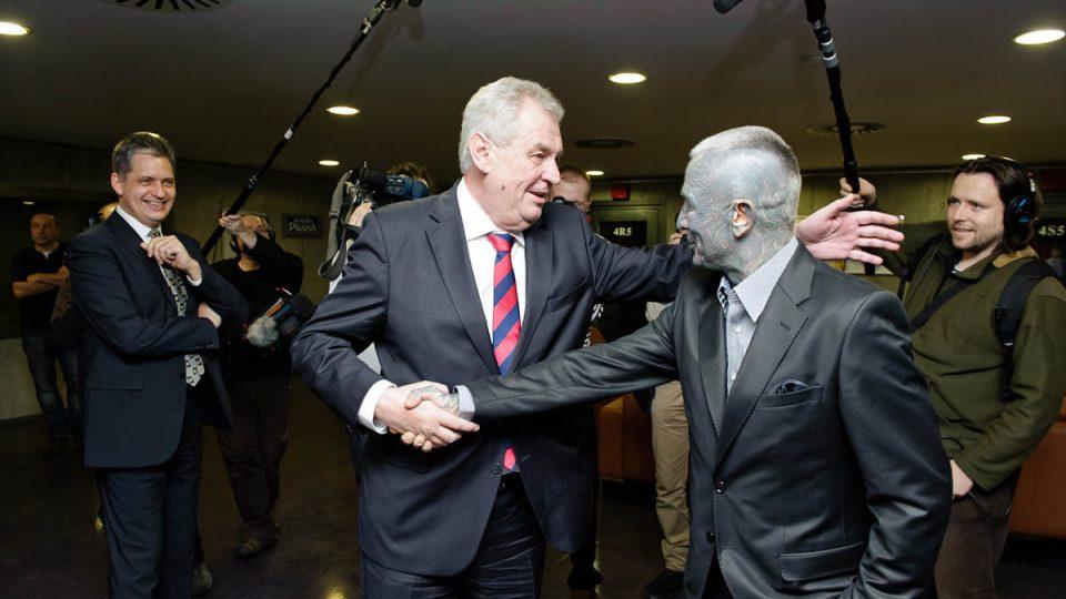 Miloš Zeman a Vladimír Franz se vítají ve foyer Radiožurnálu před vysíláním první prezidentské debaty