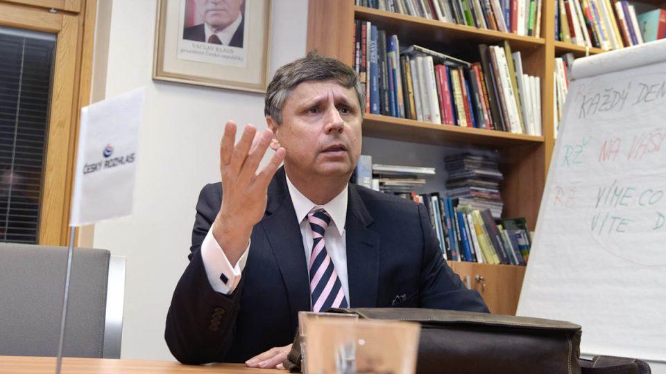 Prezidentský kandidát Jan Fischer před vysíláním prezidentského speciálu