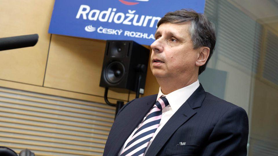 Kandidát na prezidenta Jan Fischer ve studiu Radiožurnálu