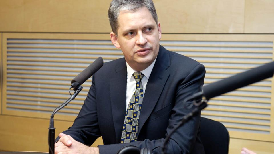 Jiří Dienstbier před debatou s prezidentskými kandidáty
