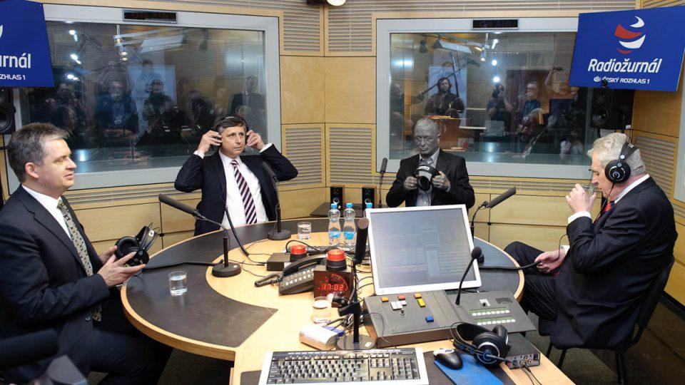 Jiří Dienstbier, Jan Fischer, Vladimír Franz a Miloš Zeman ve studiu Radiožurnálu