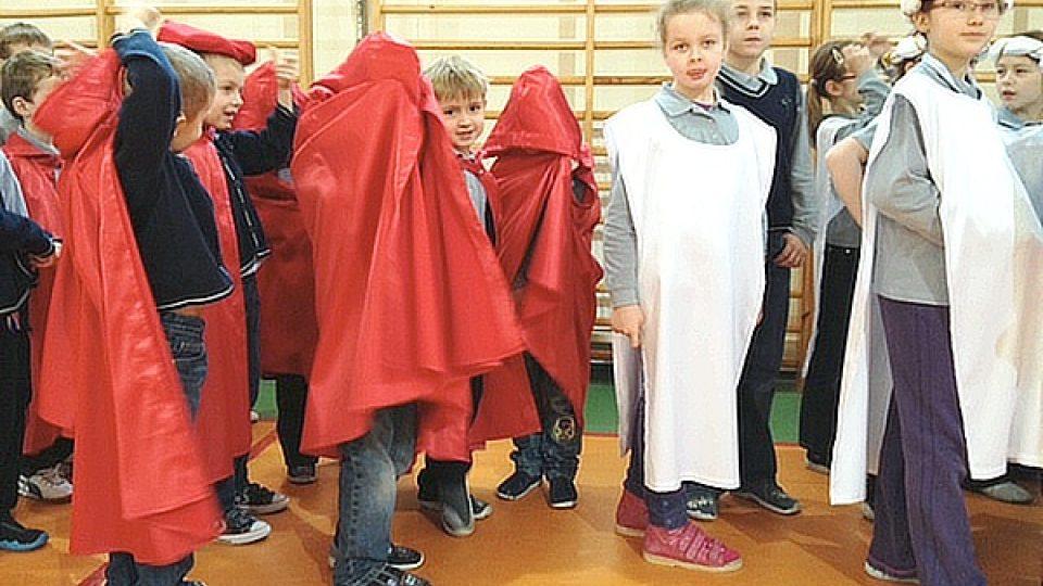 Děti křičí a zpívají a baví je to, domnívá se ředitelka školy