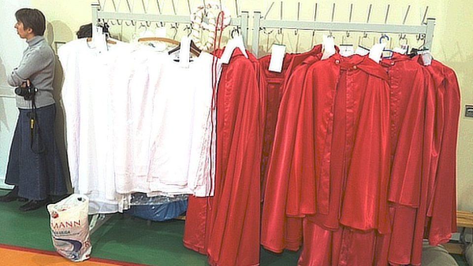 Chlapci mají na sobě červené hábity, dívky bílé