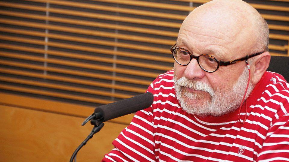 Arnošt Goldflam u mikrofonu Českého rozhlasu