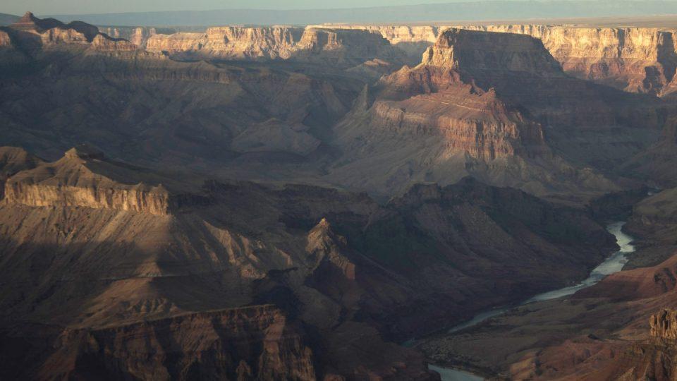 Velký kaňon vyhloubila řeka Colorado v polopouštní skalnaté krajině na území dnešního státu Arizona. Je dlouhý přes 440 kilometrů