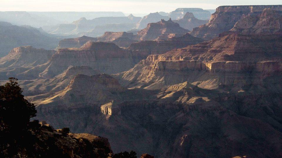 Zapadající slunce nad Grand Canyonem je jeden z nejsilnějších zážitků, který může člověk při návštěvě zde pocítit