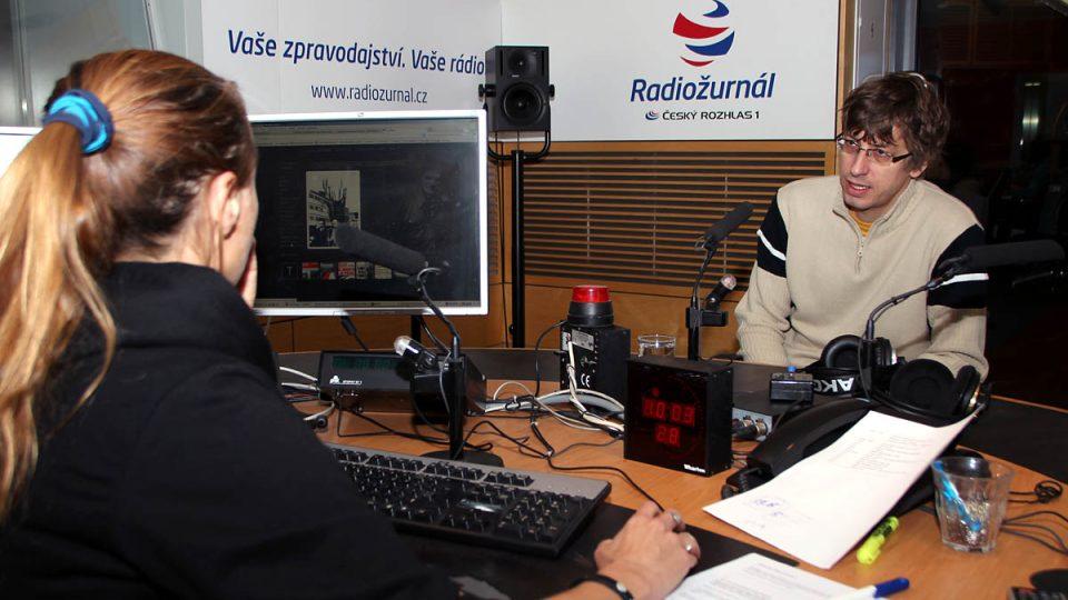 Lucie Výborná a Petr Blažek si prohlížejí nové webové stránky o Janu Palachovi