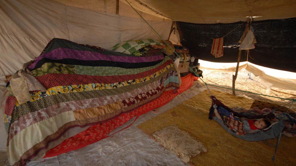 Batolata mají svá zavěšená lůžka, dospělí a děti si rozkládají matrace a deky na zem