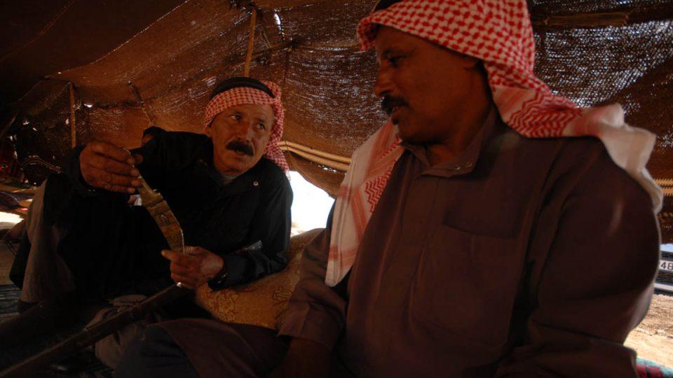 Beduínští muži obdivují zdobnou dýku zděděnou po předcích