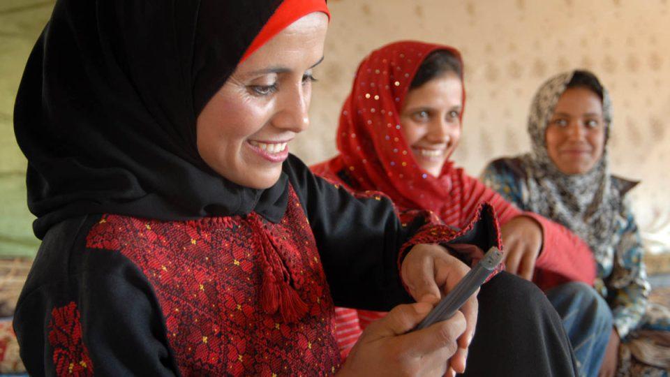 I do beduínských ležení pronikly moderní technologie, mobily a satelitní televize