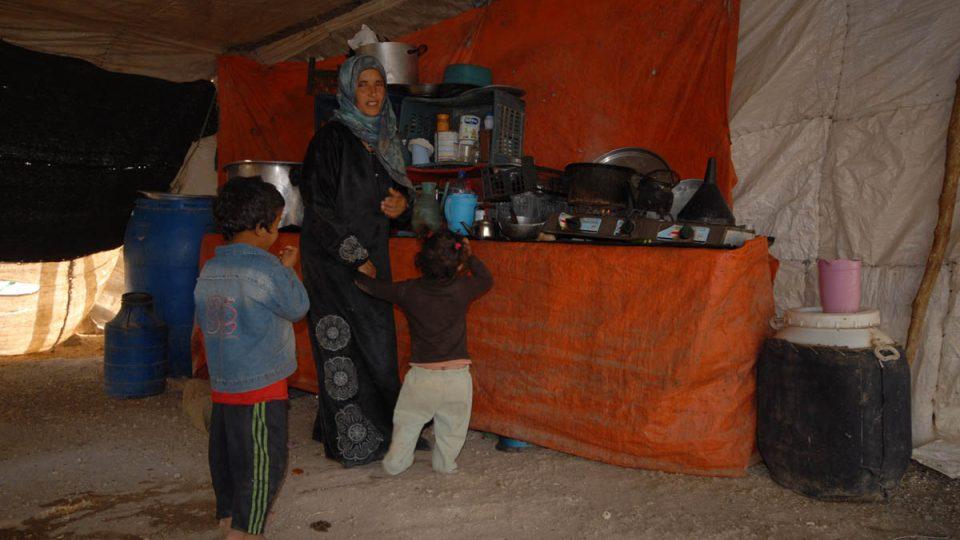 Kuchyně v beduínském stanu, kde se kromě ohniště vaří také na plynu z bomby
