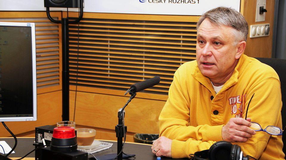 Antonín Procházka ve studiu Radiožurnálu