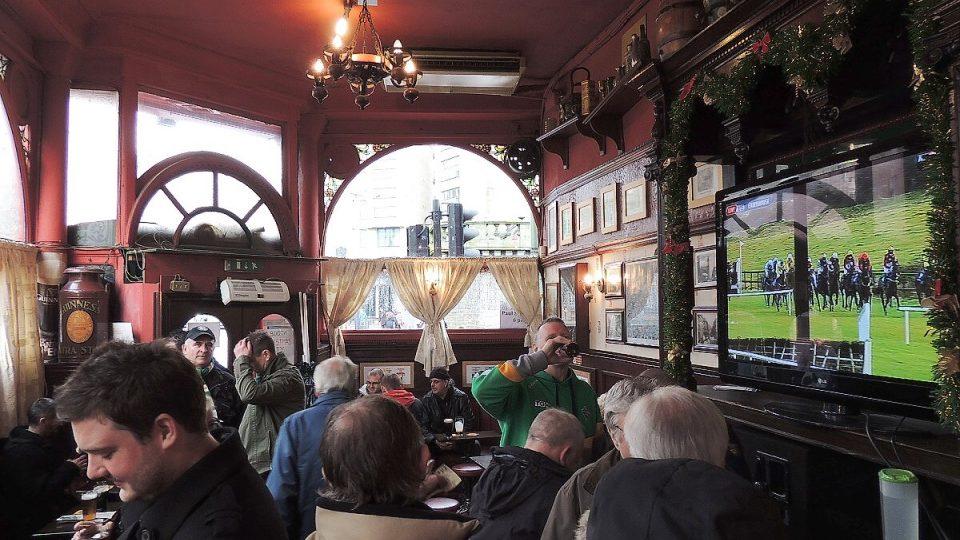 V pubu je obvykle zapnutá televize a v ní fotbal